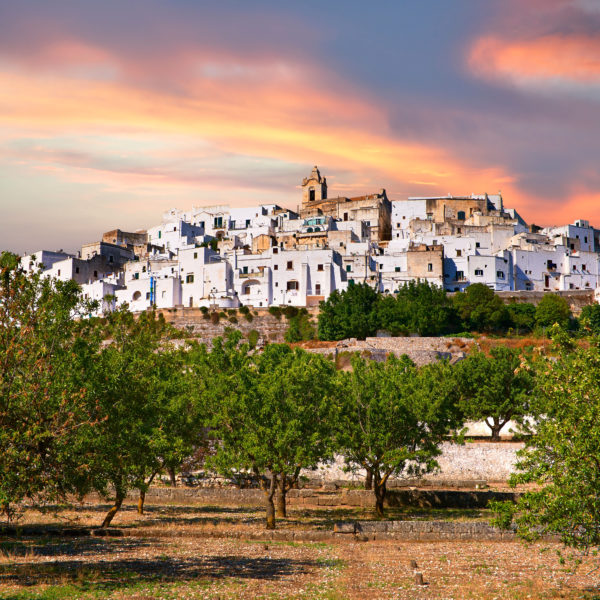 D25JE7 The medieval white fortified hill town walls of Ostuni, The White Town, Puglia, Italy.. Image shot 2012. Exact date unknown.
